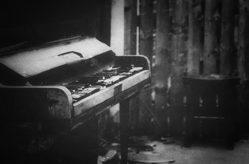 diana-marin-urban-decay-piano