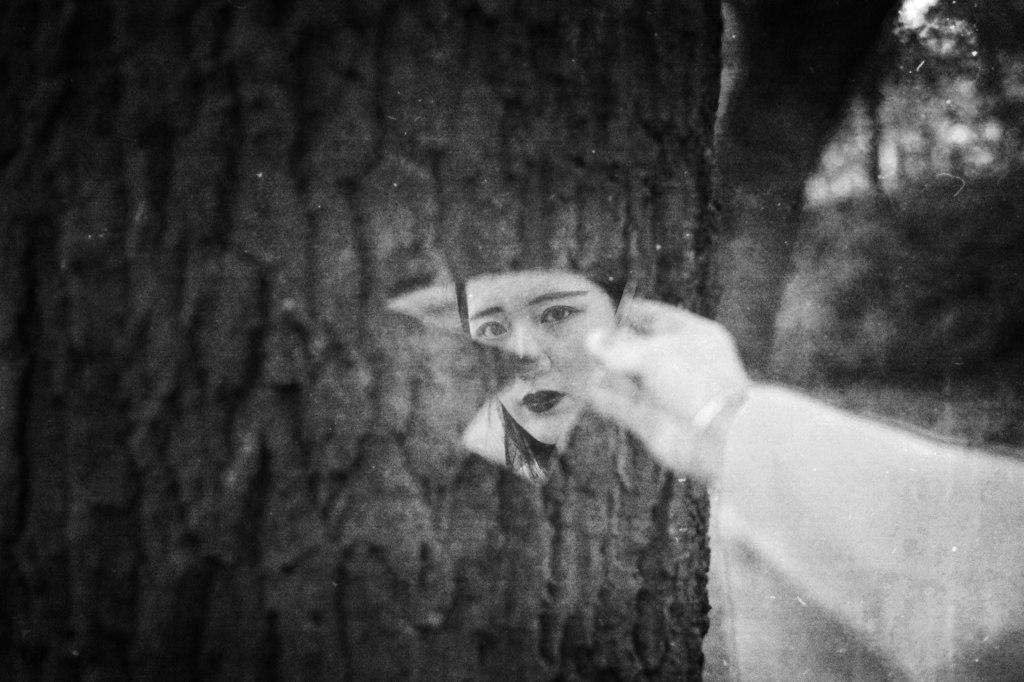 girl-broken-mirror-portrait-monochrome