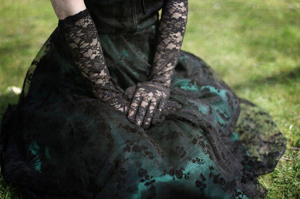 gothic-girl-nature-lace-gloves